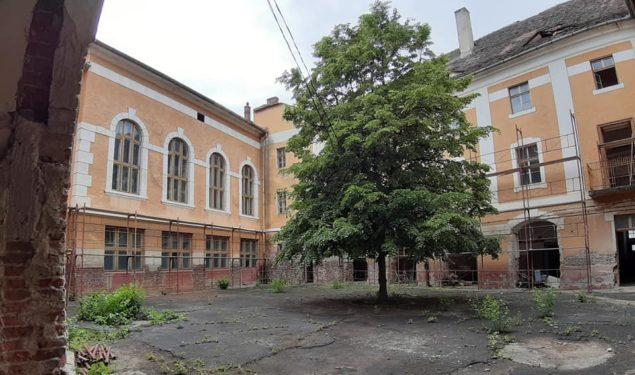 FOTO Reportaj: Liceu sibian de prestigiu ajuns o ruină. Efectele retrocedării