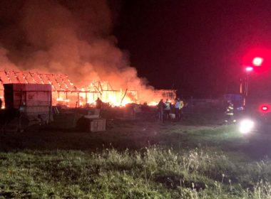 FOTO: Incendiu devastator la o fermă de animale din Sibiu