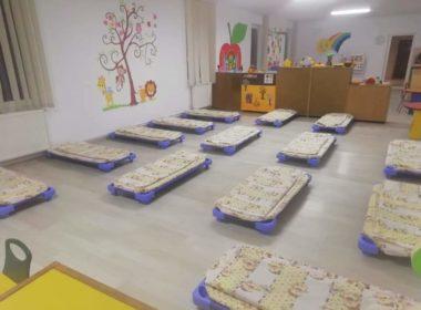 FOTO: Pătuțuri și saltele achiziționate și distribuite grădinițelor din Mediaș