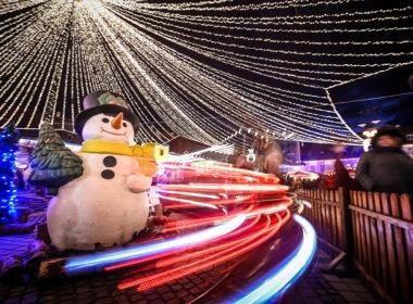 A început montarea iluminatului festiv și a brazilor de Crăciun