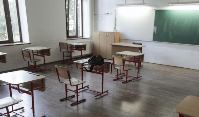 Autoritățile pasează la școli închiderea lor